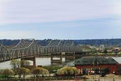 Murray Baker Bridge die in Peoria, Illinois kruisen stock afbeeldingen