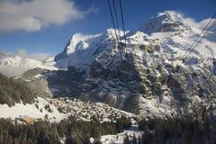 冬天对Murren村庄的山景和从缆车的滑雪胜地向雪朗峰,瑞士 免版税库存图片