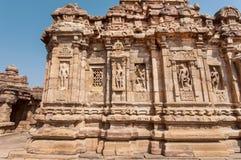 Murs avec la conception indienne du soulagement sur les temples du 7ème siècle dans Pattadakal de Karnataka, Inde Site de patrimo image stock