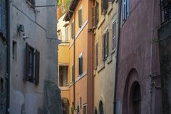 Murs colorés de l'Italie avec de beaux volets et couleurs en pastel photos stock