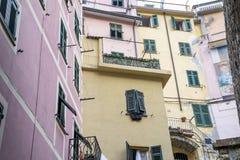 Murs colorés de l'Italie avec de beaux volets et couleurs en pastel images libres de droits