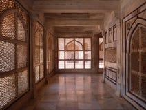 Murs comme un rideau de marbre découpés dans un hall de temple indien Photographie stock libre de droits