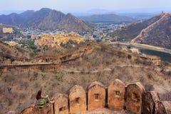 Murs défensifs de fort de Jaigarh sur des collines d'Aravalli près de Jaipur, R Images libres de droits