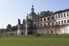 Murs de émiettage du monastère Spaso-Sumorin et du dôme de l'ascension de cathédrale du seigneur dans la ville de Totma Image libre de droits