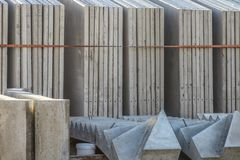Murs de béton préfabriqué dans le support photos stock