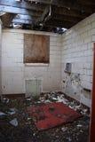 Murs de briques blancs dans le vieux bâtiment abandonné Images libres de droits