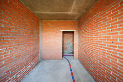 Murs de briques dans la chambre de la construction en construction Photos libres de droits