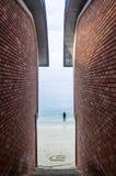 Murs de briques de vue sur le du front de mer images libres de droits