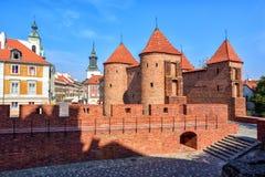 Murs de briques et tours rouges de barbacane de Varsovie, Pologne Photos stock