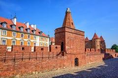 Murs de briques et tours rouges de barbacane de Varsovie, Pologne Photos libres de droits