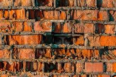 Murs de briques rouges et au milieu du trou dans l'oeil humain Image stock