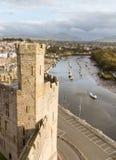 Murs de château de Caernarfon avec la rivière Seiont Photo stock