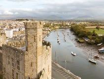 Murs de château de Caernarfon avec la rivière Seiont Photo libre de droits