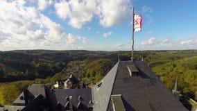 Murs de château de drapeau de lion, maison aérienne Lannister de vieux fort médiéval banque de vidéos