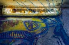 Murs de ciment enduits du graffiti et de la veilleuse Photo libre de droits