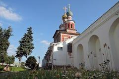 Murs de couvent de Novodevichy et d'arbre de baies de sorbe Photos libres de droits