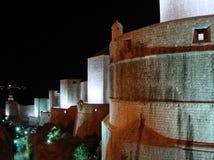 Murs de Dubrovnik par horizontal de nuit Image libre de droits