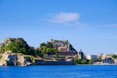 Murs de forteresse de Corfou comme vu du tir panoramique de mer Photos stock