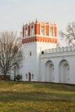 Murs de forteresse et tour de guet en pierre de Pokrovskaya de couvent de Novodevichy moscou Image stock