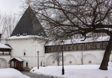 Murs de forteresse et tour de guet en pierre du monastère d'Andronikov du sauveur moscou Images libres de droits
