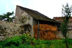 Murs de l'église enrichie médiévale dans Ungra, la Transylvanie Images stock