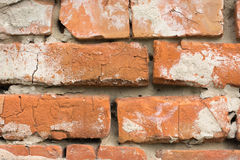 Murs de maçonnerie des briques rouges avec des traces de plâtre de émiettage Photos stock