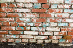 Murs de maçonnerie faits de briques rouges avec des traces de plâtre de émiettage Photo libre de droits