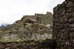 Murs de Machu Picchu Inca Ruins Peru South America avec des touristes Photographie stock libre de droits