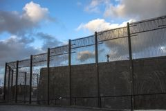 Murs de prison et barrière de sécurité Peterhead, Ecosse image stock