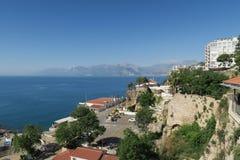 Murs de ville au port d'Antalya, des 40m hautes falaises et du Taurus Mountains en Turquie Image libre de droits