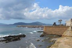 Murs de ville de catapulte, de Bastione et de couronne d'Alghero Italie Sardaigne photos libres de droits