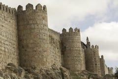 Murs de ville et tours médiévaux de Ãvila Images libres de droits