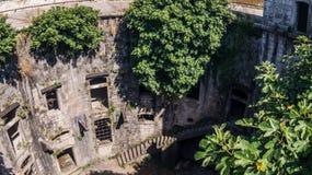 Murs du vieux fort de mer avec des escaliers et des buissons photographie stock libre de droits