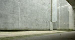 Murs en béton avec de grandes portes ouvertes dans le coin Concept urbain urbain images stock