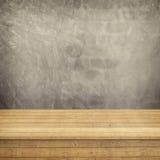 Murs en béton et plancher en bois pour le texte et le fond Image stock