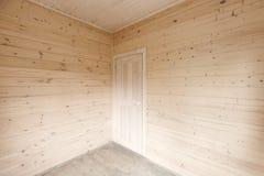 Murs en bois et porte blanche dans le coin Photo stock