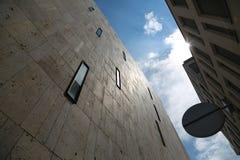 Murs en pierre avec le ciel ci-dessus et les rayons du soleil Photographie stock