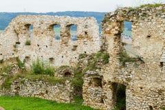 Murs en pierre de émiettage des ruines historiques de château Images stock