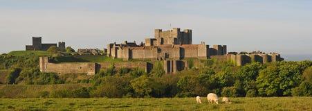 Murs et église de subsistance de château de Douvres Photos libres de droits