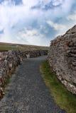 Murs et chemin rocheux de gravier Image stock