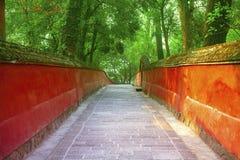 Murs et escaliers rouges dans le temple traditionnel Photo stock