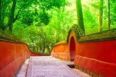 Murs et escaliers rouges dans le temple traditionnel Image libre de droits