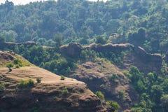 Murs et remparts de fort de Mandavgarh image libre de droits