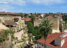 Murs et restaurants de ville près de port d'Antalyas dans le secteur Kaleici d'Oldtown Photos stock