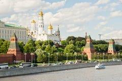 Murs et tours de Moscou Kremlin le jour d'été Photos libres de droits