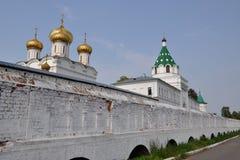 Murs et tours du monastère d'Ipatievsky, Kostroma, Russie Photographie stock
