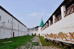 Murs et tours du monastère d'Ipatievsky, Kostroma, Russie Photographie stock libre de droits