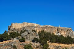 Murs médiévaux et colonnes antiques sur le dessus de la roche photographie stock libre de droits