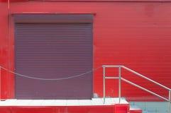 Murs rouges de grand marché, porte arrière Photo libre de droits