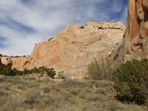Murs rouges de roche avec le ciel bleu Traînée de roche de fenêtre, Arizona Images libres de droits